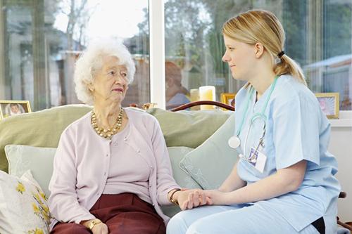 Với người già, điều dưỡng viên luôn coi họ là người mẹ thứ ba