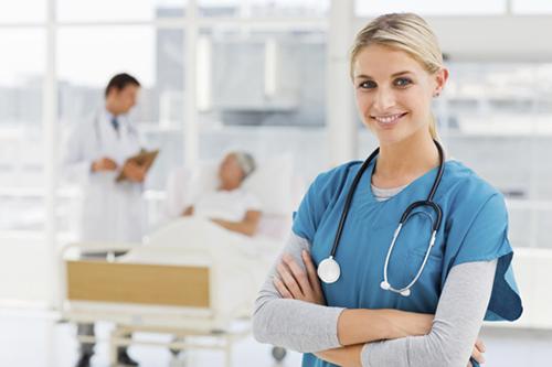 Nữ Điều dưỡng viên có thân trên mảnh là người mạnh mẽ