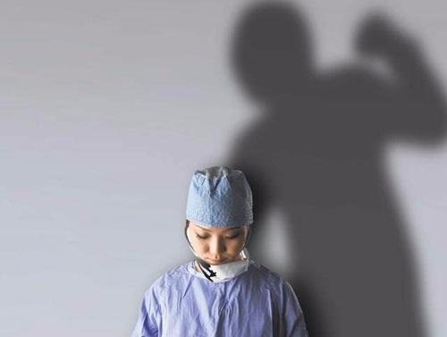 """Nạn bạo hành ngành Y đang """"báo động"""" với các Điều dưỡng viên"""