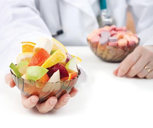 Điều dưỡng viên tư vấn vai trò của dinh dưỡng trong phòng và điều trị bệnh
