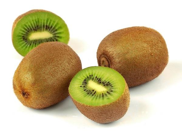 Lượng vitamin C lớn trong kiwi làm sáng da, làm mờ những nốt tàn nhang