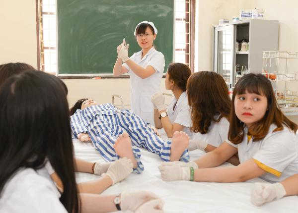 Sinh viên theo học điều dưỡng viên