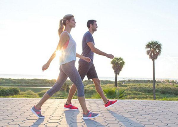 Bệnh nhân thoát vị đĩa đệm có thể áp dụng bộ môn thể thao đi bộ nhẹ nhàng