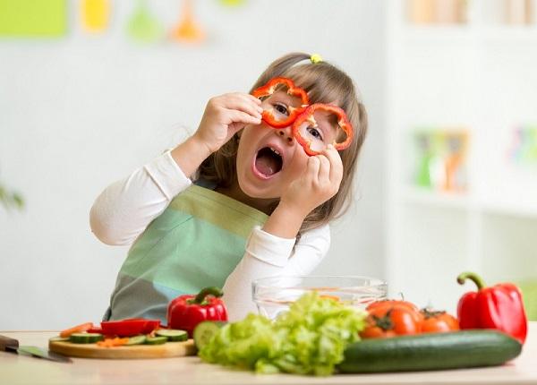 Bố mẹ nên thực hiện hiện chế độ dinh dưỡng đảm bảo nhu cầu dinh dưỡng