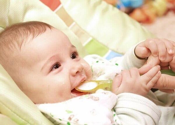 Ăn dặm quá sớm trẻ dễ mắc bệnh tiêu hóa
